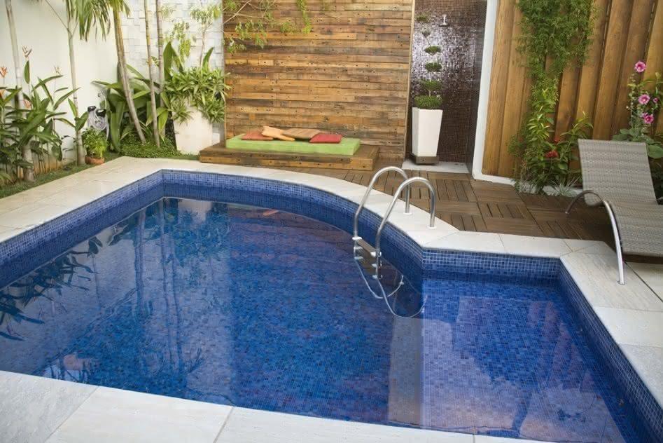 Piso azul para piscina piso para piscina for Piscinas modelos formas