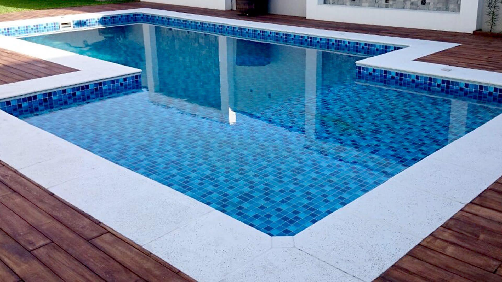 Piso azul para piscina piso para piscina for Fotos de modelos en piscinas