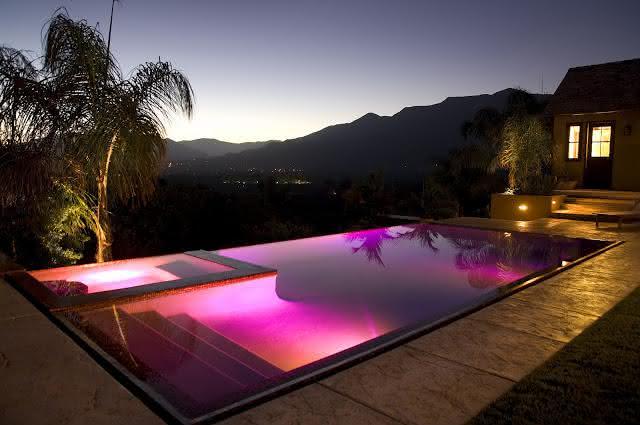 Piscinas modernas piso para piscina for Piscinas rectangulares modernas