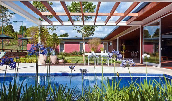 47 fotos de paisagismo para piscina e jardim residencial for Plantas para piscinas